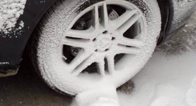 Как поставить машину на ручной тормоз