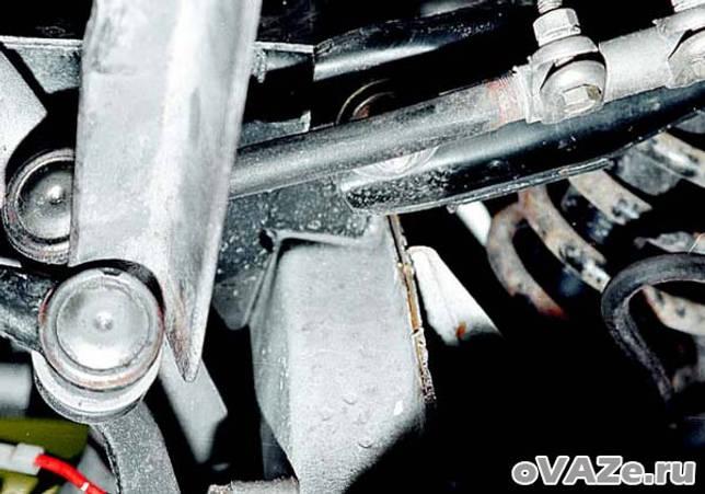 Снятие и установка тяги и шаровых шарниров рулевого привода ВАЗ 2107