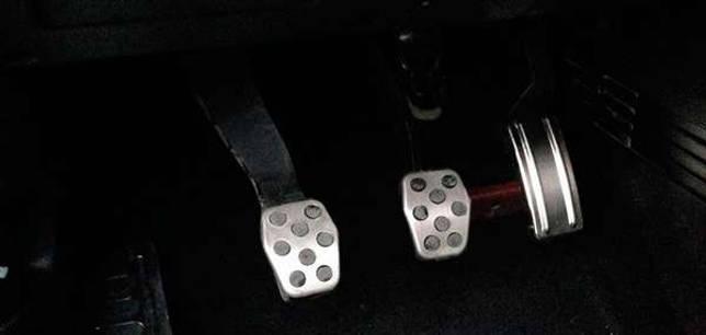С механической КПП комплектуются такие педали